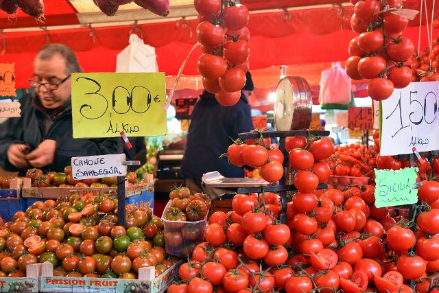 Bancarella di pomodori al mercato